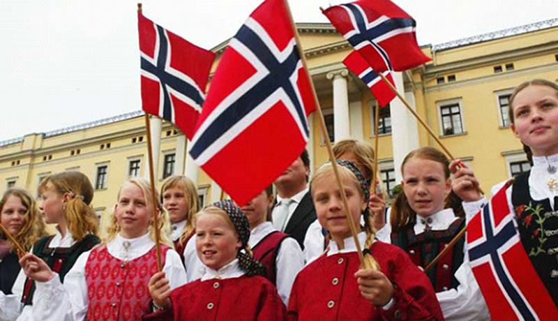 پرچم دانمارک با رنگ قرمز با صلیب سفید